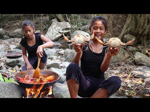 Find Catch Crabs for Food in The Forest - Cooking Crab Curry with Spicy Chili for Eating delicious
