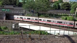 JR御茶ノ水駅から見下ろした神田川に架かる地下鉄丸ノ内線の鉄橋軌道をフランジ音を鳴らしながら走行する荻窪行き02系