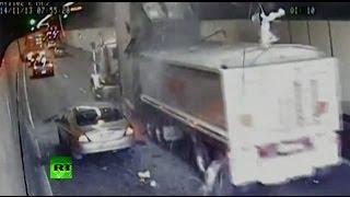 В Австралии невнимательный водитель грузовика протаранил потолок туннеля(14 ноября на одной из дорог, ведущих к Сиднею, произошел сильный затор, причиной которого стало ДТП с участие..., 2013-11-14T14:31:26.000Z)