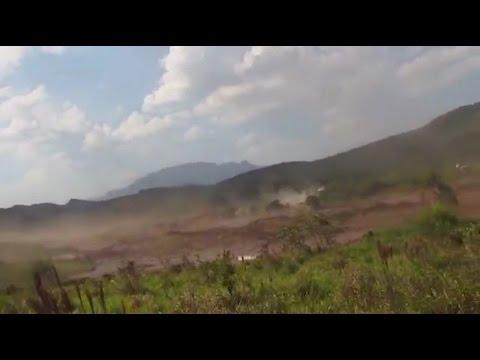Funcionários da Samarco mostram destruição da enxurrada de lama em 2015