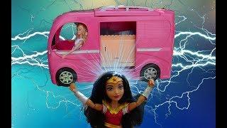 Wonder Women Barbie'yi kurtarıyor.