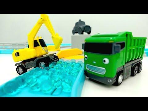 Игры с машинками. Мультик из игрушек: развивающее видео #машиныпомощники. Сразу 2 серии!