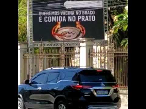 Painel eletrônico na UFRJ, Campus da Praia Vermelha, traz a frase Bolsonaro é Genocida E explica o