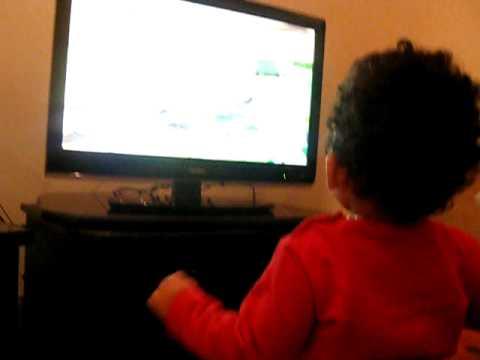 Bébé Ali de 19 mois  joue à la wii sport resort Sword (Part I)