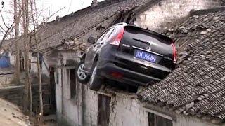 حادث سيارة مميت لكن نهايته سعيدة فوق سطح منزل