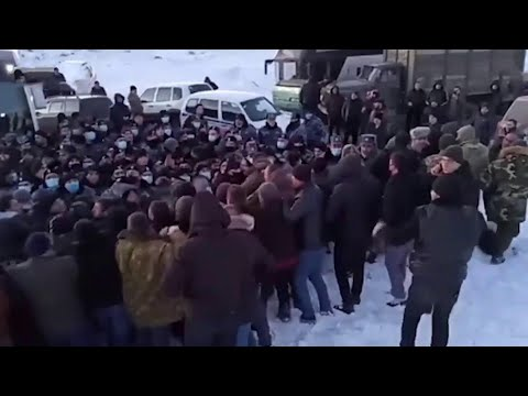 Жители Сюникской области на юге Армении заблокировали трассу, соединяющую ее с остальной страной.
