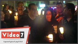 مسلمون واقباط ونواب فى وقفة بالشموع لتأبين الشهداء أمام الكنيسة البطرسية