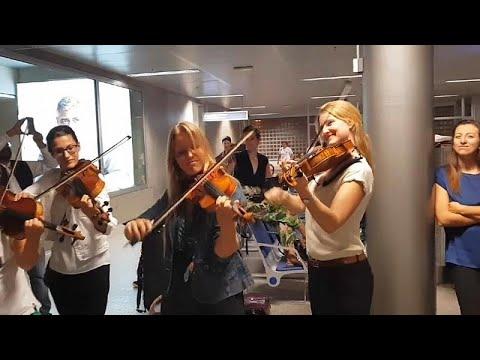 فيديو: في جنيف فرقة موسيقية تعوّض تأخر الطائرة بتأدية مقطوعة للعبقري فيفالدي …  - 15:53-2018 / 9 / 23