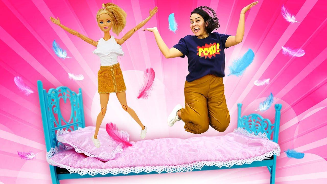 Puppenvideo auf Deutsch. Barbies neue Möbel für die Wohnung. Wir spielen mit Barbie.