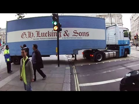 Truck Causes Road Rage At Trafalgar Square - EX09NAA