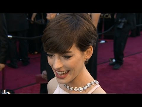 Jennifer Lawrence, Anne Hathaway Shine on Red Carpet at Oscars 2013 thumbnail