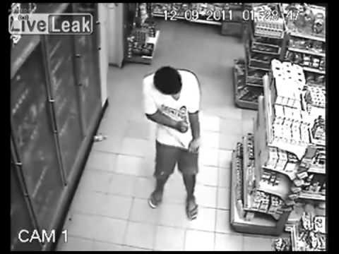 Homem possuído por espirito, demonio ou zacarias captado em camera de segurança de loja.