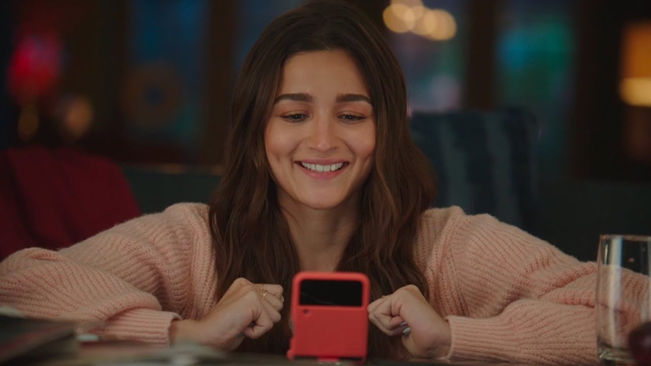 Alia unfolds a new experience with Galaxy Foldables | Samsung