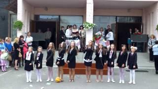1 вересня у ЧНВК№13 м Соснівка.Співають  Кольорові парасольки