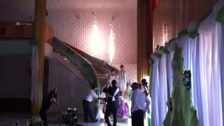 Фонтаны свадьба  на лестнице в помещении.MOV