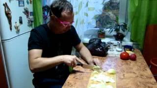 новый способ резать лук и не плакать))