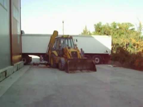 Φορτωση σκραπ γυαλιου για ανακυκλωση (www.nowaste.gr)