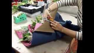 Составление букетов: потрясающий букет из роз, гербер и лилий своими руками (курсы флористики).(, 2014-12-20T08:32:04.000Z)