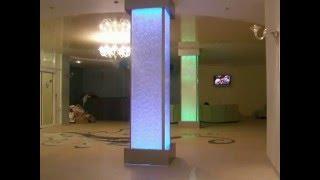 Пузырьковые панели, декорирующие несущие колонны.