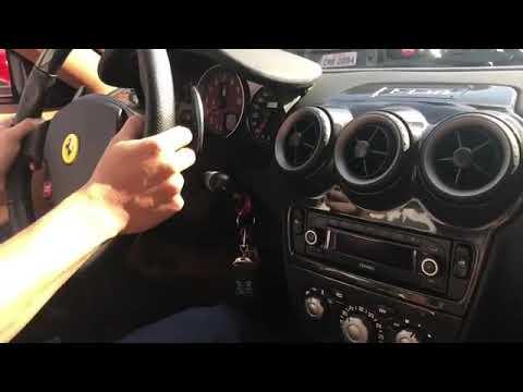 A emoção de dirigir e acelerar uma Ferrari