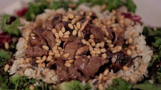 Тёплый салат из дикого риса с куриной печенью
