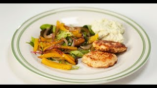Куриные котлетки с соусом и салатом | Кто готовит — тот не моет