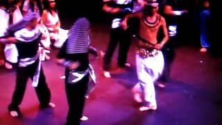 Baile de Espadas en el Encantador de Serpientes de Arabian Dreams