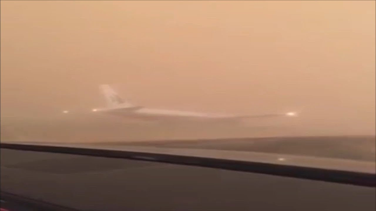 السلطات السعودية تمنع المواطنين من الخروج بسبب الغبار وتعلق الدراسة وهبوط طائرة اضطراريًا على الطريق #1