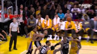 Kobe Bryant dislocates finger, trainer Gary Vitti pops it back in: Spurs at Lakers