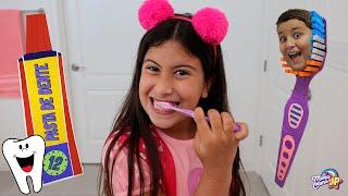 Maria Clara e JP aprendem a importância de escovar os dentes.