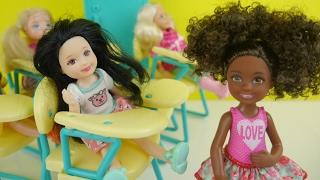 مدرسة باربي الظلم و بنت جديدة في الصف! العاب بنات و الأنسة فلة Barbie school