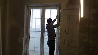Кадры монтажа пластиковых окон. Процесс нанесения монтажной пены.