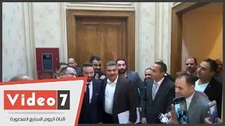 عمال البرلمان يلتقطون سيلفى مع حازم إمام ومجدى عبدالغنى بالمجلس