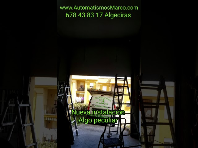 Puerta seccional dintel elevado con motor de techo en el lateral