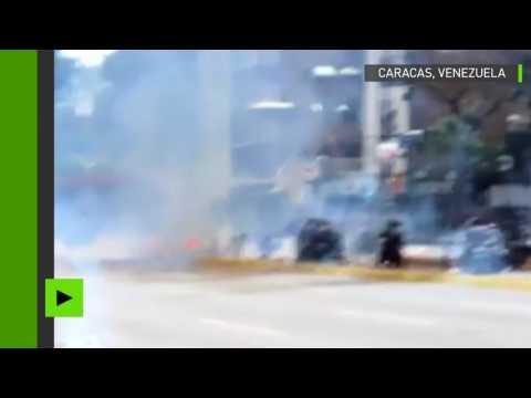 Un convoi policier visé par une bombe artisanale à Caracas