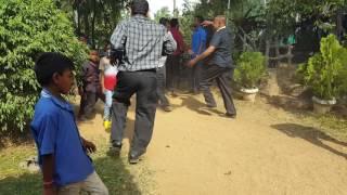 සූර් වෙලා ඉබ්බාගමුවෙ අයත් ටිකක් වෙනස් විනෝදයට  Drunken uncle Dancing sri lankan style at ibbagamuwa