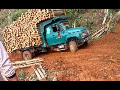 รถหกล้อ บรรทุกหนักขนไม้เต็มคัน ติดหล่ม รถตักดิน komustu ช่วยดัน