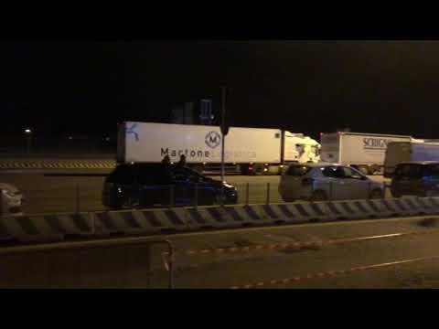 Españoles esperando en Italia al barco de regreso a España