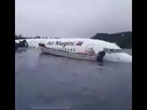 L'aereo non centra la pista e atterra in laguna