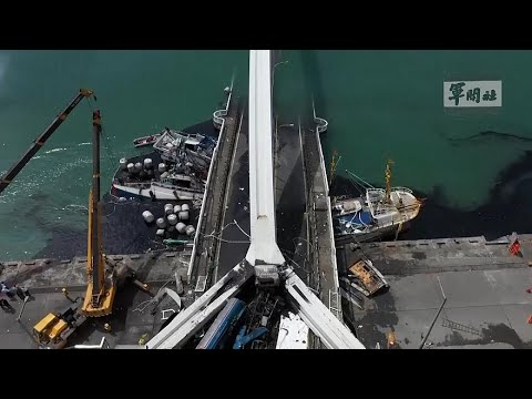 טייואן: גשר תנועה קרס במפתיע לתוך המזח, וגרם להמולה ולנזק רב