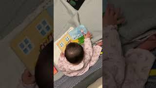 책읽는 아기 책보면서 공부해요. 책장넘기는 손목 스냅이…