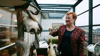 Presidentti Tarja Halonen esittelee Meggi-kissansa