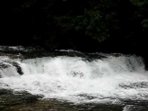 激流。雨上がりのカンピレーの滝はものすごい水量
