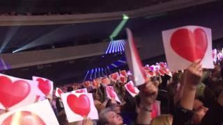 Зара расплакалась от подарка поклонников на концерте