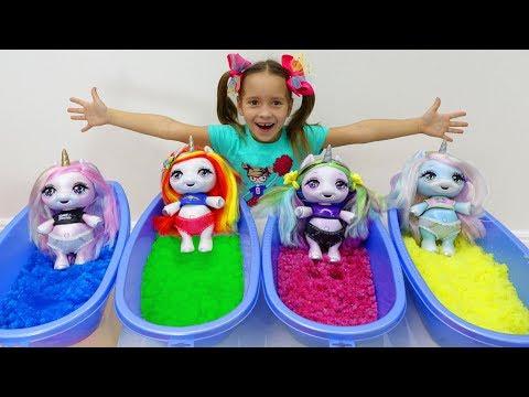Sofia berpura-pura bermain dengan Mainan untuk anak-Anak dan Boneka