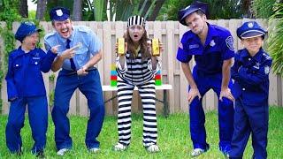 سينيا وأبي يلعبان الشرطة والسجناء