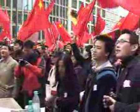 Chinese demonstration in Berlin 419 - 唱国歌在419柏林游行