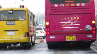 Snowy day on Korean roads, drivers take care of road maintenance