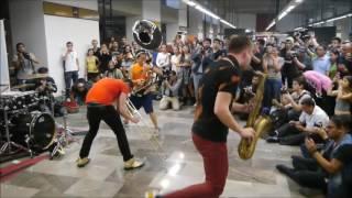 LUCKY CHOPS toma el metro de la Ciudad de México.