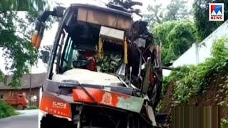 ടൂറിസ്റ്റ് ബസ് മരത്തിലിടിച്ച് ഒരാൾ മരിച്ചു | Kannur tourist bus accident